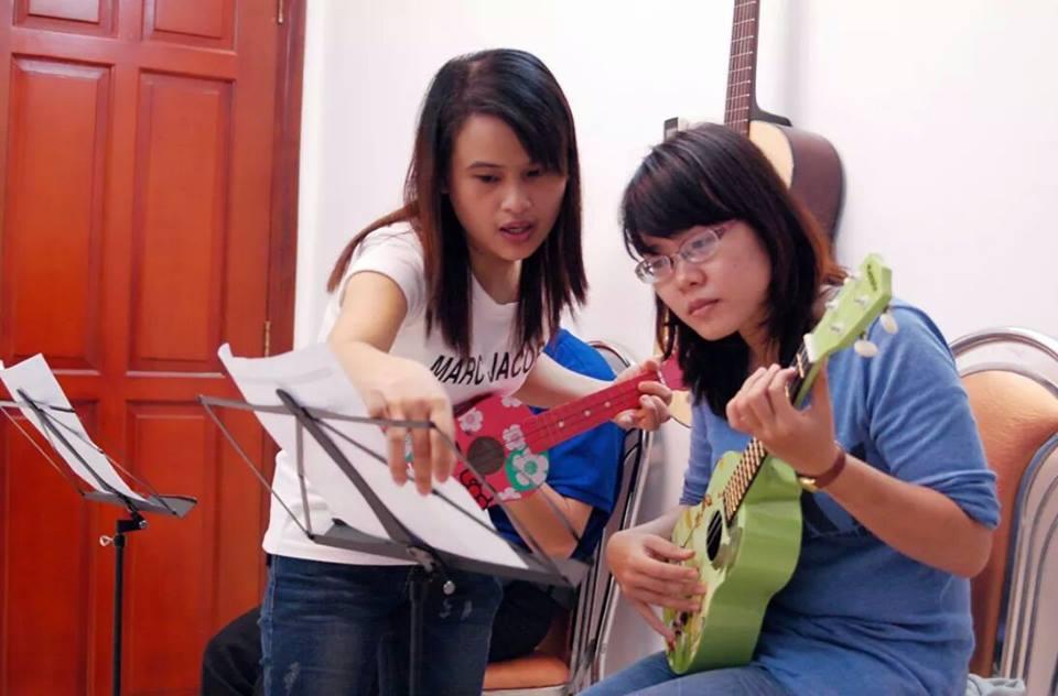 hoc kem dan ukulele